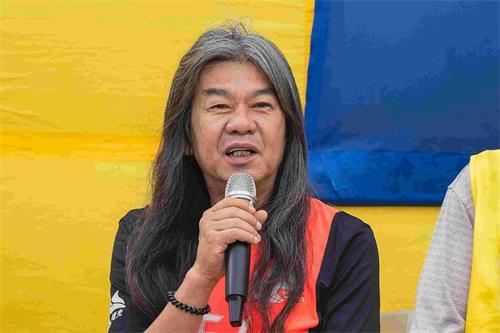 '图4:香港前立法会议员梁国雄支持法轮功学员反迫害。'