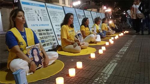 '图1:圣保罗法轮功学员在中国区Liberdade举行了烛光守夜活动,纪念二十年来被中共迫害致死的中国大陆同修。'