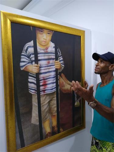 '图4:安东尼奥(Antonio Mauricio)被画作中受迫害的儿童所打动'