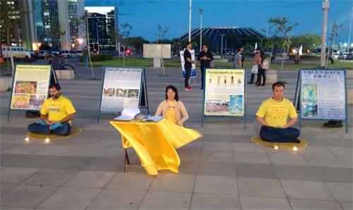 '图6:法轮功学员在巴西利亚市中心举办烛光悼念活动。'