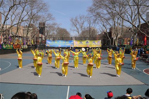'图1~8:二零一九年四月七日,纽约法轮功学员在曼哈顿中国城载歌载舞,传递普世价值与中华传统理念,庆祝春天的到来。'