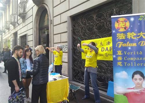 '图1~2:意大利都灵地区的法轮功学员聚集在市中心举办讲真相活动'