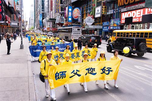 图1~13:法轮功学员浩浩荡荡的游行队伍从纽约最繁华的主要街道——42街,横穿曼哈顿,告诉人们法轮大法好。