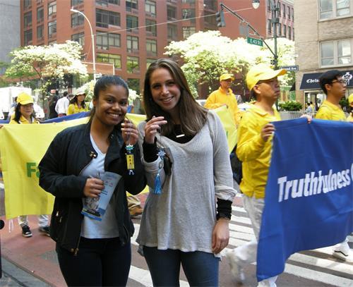 圖29:在曼哈頓市中心一家律師樓上班的克拉拉(Clara Pinchbeck)和同事索菲亞(Sophia)對法輪功感興趣,想學功。