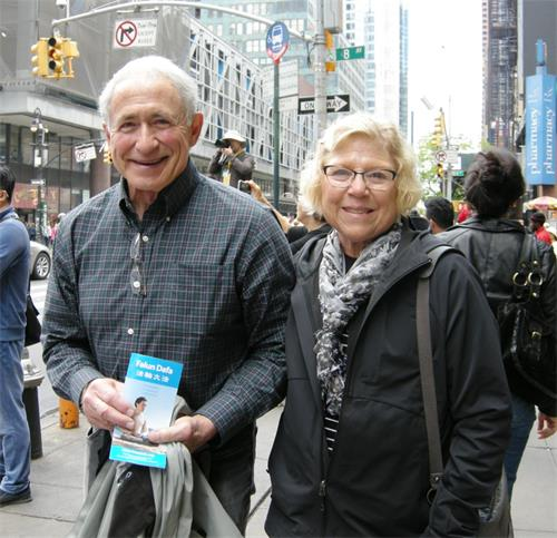 图30:来自美国明尼苏达州的珍和先生比尔(Bill)希望中共对法轮功的迫害马上停止。
