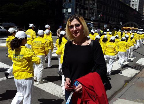 """图32:澳洲注册护士朱莉娅·马特奥(Julia Mateo)表示:""""我百分之百的相信,纽约人民今天看到法轮功的美好游行,都会来支持的。我相信我们政府也会百分之百支持的。"""""""