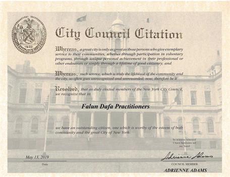 '图3:纽约市第二十八选区市议员阿德里安·亚当斯(AdrienneE.Adams)发荣誉证书赞扬法轮大法学员。'