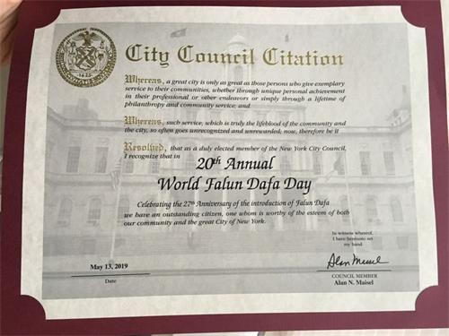 '图7:纽约市第四十六选区市议员艾伦·迈泽尔(AlanN.Maisel)发来荣誉证书祝贺第二十届法轮大法日暨大法洪传世界二十七周年。'