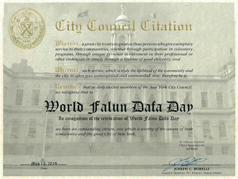 """'图8:市议员约瑟夫·博雷利(JosephC.Borelli)颁发荣誉证书,褒奖""""世界法轮大法日""""。'"""