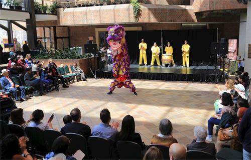 '图2:中华传统民间艺术舞狮子。'
