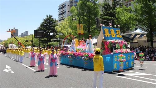 图1~7: 法轮功学员参加广岛鲜花节综合队列表演