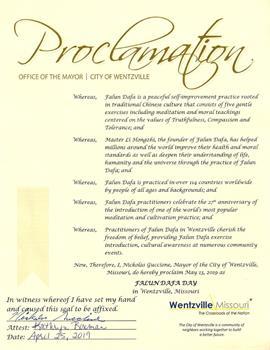 '图3:密苏里州温茨维尔市(Wentzville)市长尼古拉斯·古奇昂(NickolasGuccione)颁发褒奖,宣布法轮大法日。'