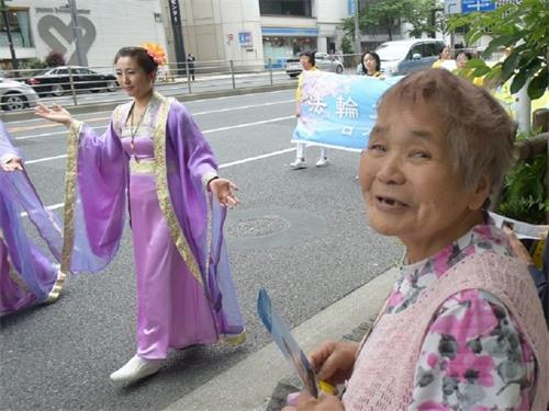 """'图5:老妇人说,""""平生第一次看到这样的游行,太震撼了!""""'"""