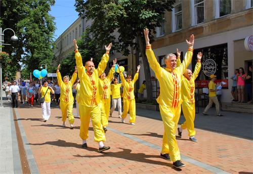 图1~4:来自拉脱维亚的法轮功学员们六月八日星期六来到陶格夫匹尔斯市,参加了当地的游行庆典活动。