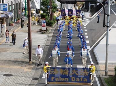 '图2~3:大阪繁华街上的游行场景'
