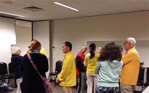 图4: 法轮功学员与公众的现场互动交流。