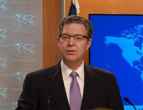 '图2:美国国际宗教自由无任所大使布朗巴克(Sam?Brownback)在国务院新闻发布会上说,中共对信仰宣战,将承担后果。'