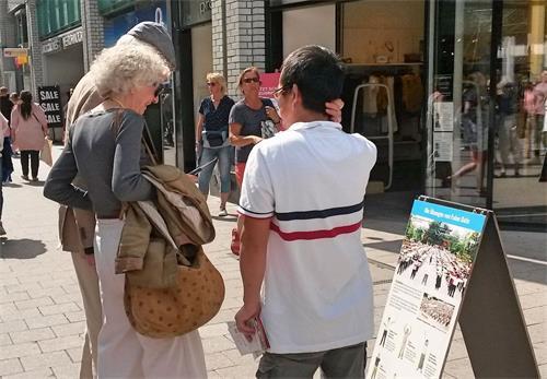 '图1~3:二零一九年六月二十二日,法轮功学员在德国汉堡斯碧塔勒街(Spitalerstrasse)设立真相点,传播真相。'
