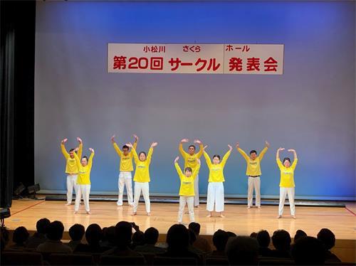 """'图1~2:法轮功学员参加在日本东京都江户川区举办的""""第二十届小松川樱厅团体发表会"""",介绍功法。'"""