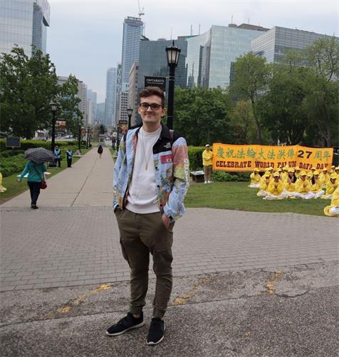 '图9:多伦多大学的学生詹姆士(James)祝福法轮功。'