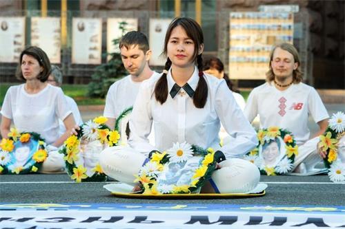 '图6:法轮功学员在基辅市中心举办活动,图为悼念被中共迫害致死的中国大陆法轮功学员。'