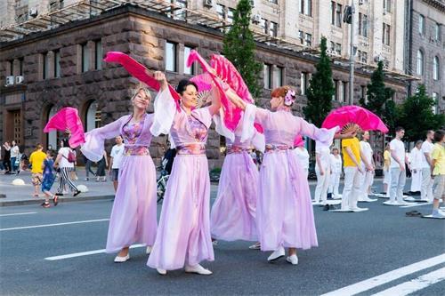 '图7:法轮功学员在基辅市中心举办活动,图为法轮功学员表演舞蹈。'