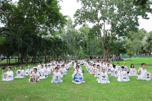 '图7:泰国法轮功学员悼念被中共迫害致死的大陆<span class='voca' kid='59'>同修</span>'