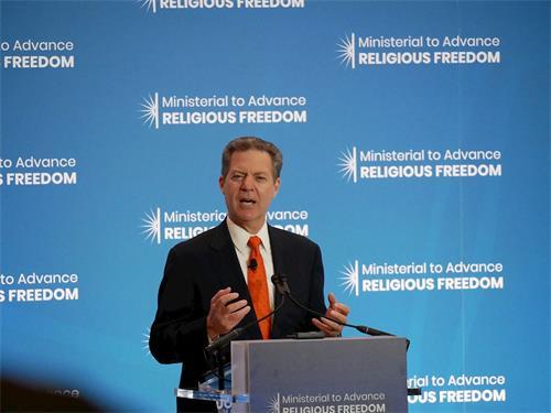 '图6:二零一九年七月十六日,美国国际宗教自由大使布朗巴克(SamBrownback)在国务院宗教自由会议上发言。'