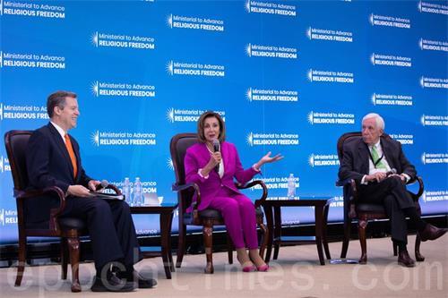 '图7:二零一九年七月十六日,美国国际宗教自由大师大使布朗巴克(左),美国国会众议院议长佩洛西(中),前美国国会议员弗兰克·沃尔夫(右)就中共对于宗教自由的迫害进行讨论。'