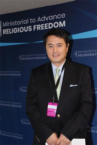 """'图8:二零一九年七月十六日,法轮功发言人张而平出席在美国国务院举行的""""推动宗教自由部长级会议""""。'"""