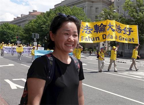 '图19:来自韩国的洪女士说,法轮功学员游行很好,很壮观。'
