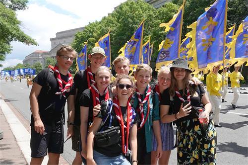 '图20:几名来自丹麦的学生在法轮功游行队伍前合影。'
