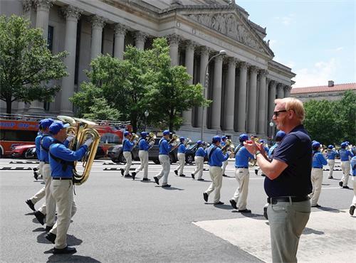 '圖21:來自德克薩斯州遊客布萊恩為天國樂團鼓掌喝彩。'