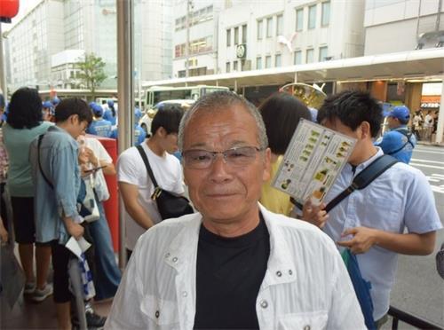 """'图9:当得知法轮功学员游行是为了呼吁停止持续了二十年的迫害,西村先生向学员们说:""""加油!""""'"""
