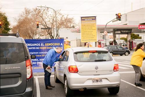 'Figura 6: los practicantes de Falun Gong entregaron la información de la verdad al conductor que detuvo el auto.  '