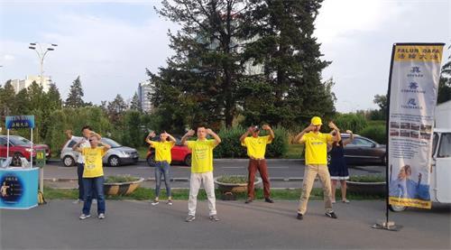 '图3:法轮功学员在Herăstrău公园演示功法'
