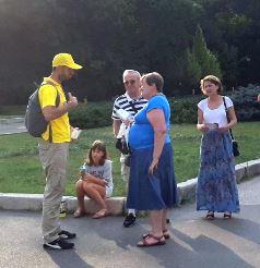 '图4:法轮功学员给游客讲真相'