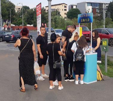 '图5:路人排队签名,声援法轮功反迫害'