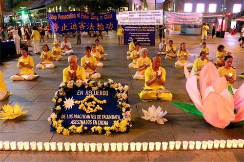 'Figura 1: el 19 de julio de 2019, los practicantes de Falun Gong vieron la luz de las velas en la Plaza del Callao en Madrid'