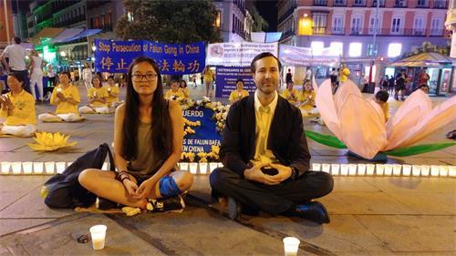 'Fig. 2: 1: el 19 de julio de 2019, en la Plaza del Callao de Madrid, la Srta. Marta y el Sr. Alberto tomaron la iniciativa de quedarse con los practicantes de Falun Gong y sentarse en el suelo, en una vigilia con velas.  Marta a la izquierda y Alberto a la derecha.