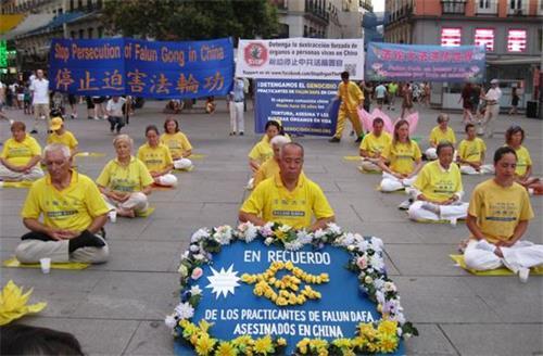 'Figura 4: El 19 de julio de 2019, los practicantes de Falun Gong practicaron en la Plaza Callao en Madrid.  '