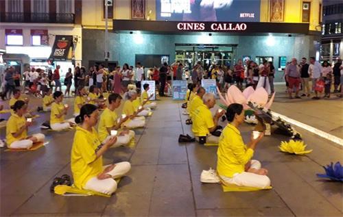 'Figura 5: El 19 de julio de 2019, los practicantes de Falun Gong se iluminaron en la Plaza del Callao en Madrid.  '