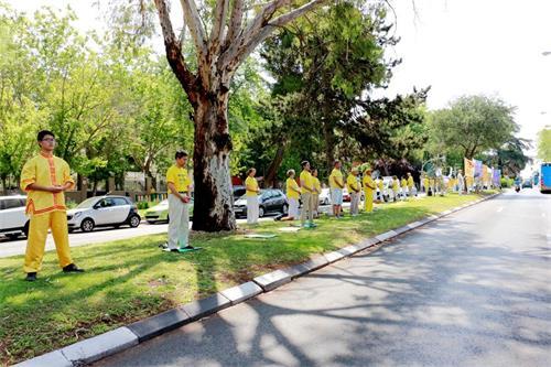 'Figura 6: el 20 de julio de 2019, los practicantes de Falun Gong se reunieron frente a la Embajada de China en España y pidieron el cese de la persecución.