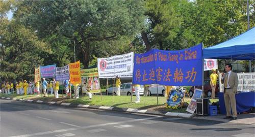 'Figura 9: 20 de julio de 2019, la Gran Muralla de la Verdad frente a la Embajada de China en España.  '