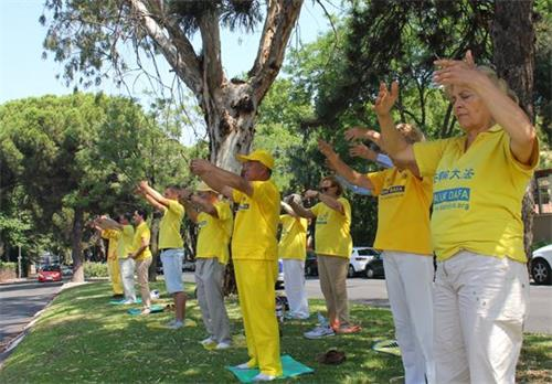 'Figura 10: El 20 de julio de 2019, practicantes de Falun Gong practicaron frente a la Embajada de China en España.  '