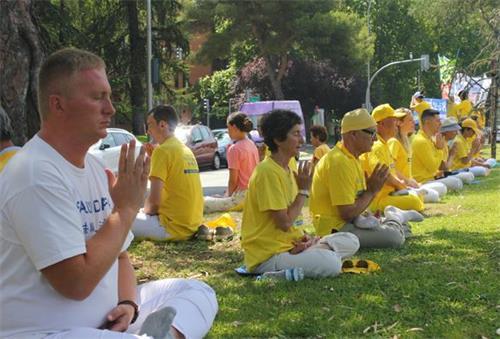 'Figura 11: El 20 de julio de 2019, los practicantes de Falun Gong practicaron frente a la Embajada de China en España.  '