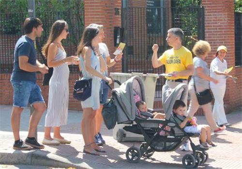 Figura 12: el 20 de julio de 2019, los practicantes de Falun Gong dijeron al público la verdad ante la Embajada de China en España.  '