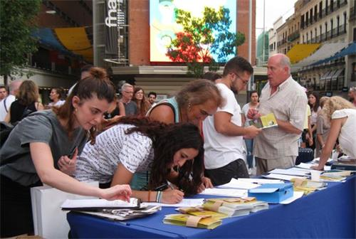 'Figura 13: el 19 de julio de 2019, los españoles firmaron el Falun Gong en la Plaza del Callao en Madrid.  '