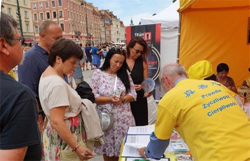 '图3~8:波兰民众与各国游客认真听取法轮功真相'