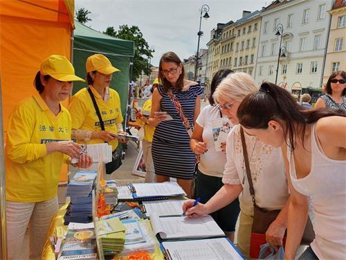 '图10~12:众多民众与游客在请愿书上签名,支持法轮功学员反迫害'